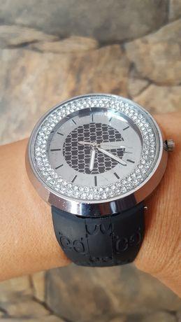 Красив дамски часовник с камъни