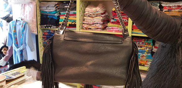 Продавам дамска черна чанта с ресни