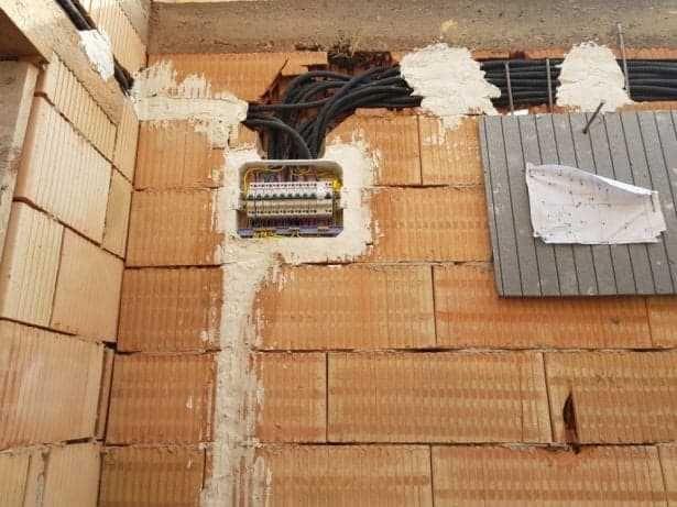 Electrician - Execut lucrari de instalatii electrice