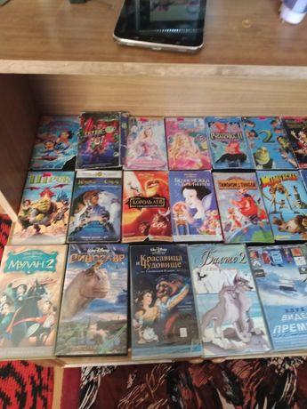 Видеокассеты с мультиками и фильмами.