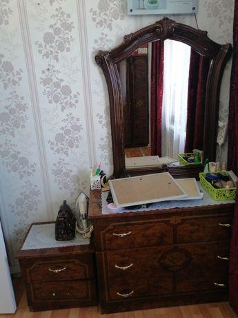 Мебел, шкаф, зерколо, полки.