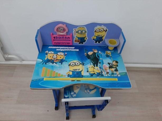 Детский стол и стульчик.