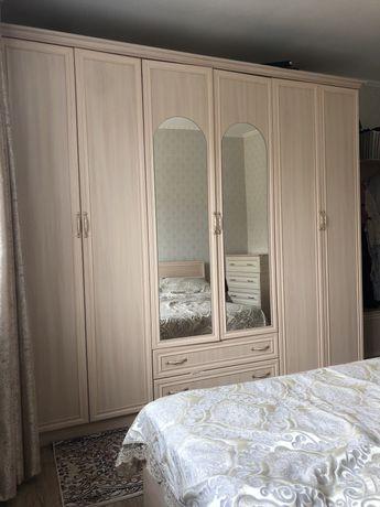 Спальная с кроватью и комодами  шкафом