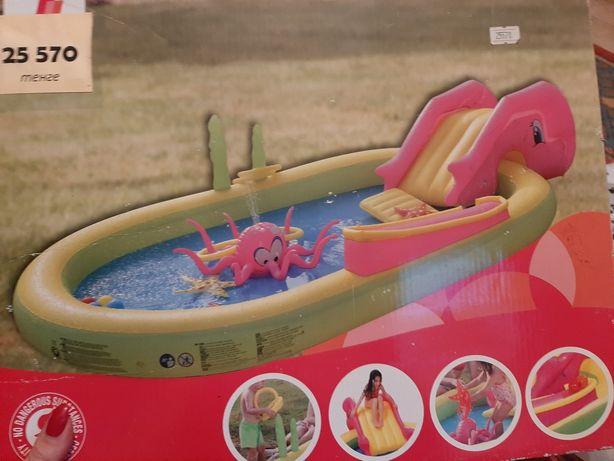 Детский яркий бассейн