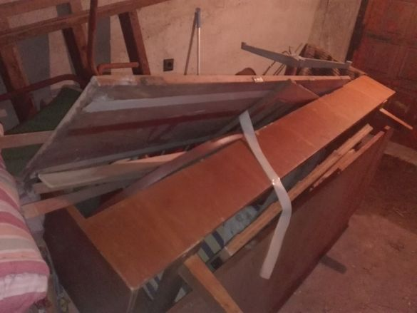 Продавам единични здрави дървени легла и железни единични пр