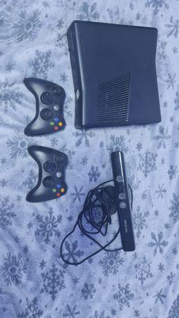 Vand Xbox 360 cu 2 manete si 1 camera Kinect