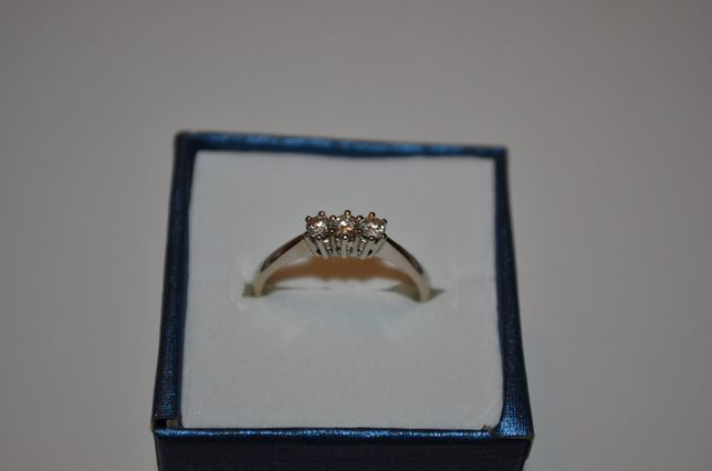 INEL AUR alb 14K + 3 Diamante = 0.25ct - Marcat - 2.5g. - Deosebit !