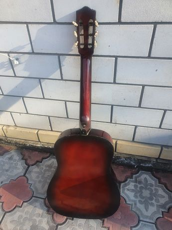 Продам гитару не хватает 2 струны