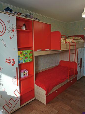 Продам детскую мебель. Двухярусную кровать, шкаф, стол.