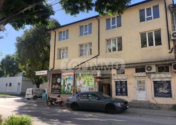 Масивна ъглова сграда със статут на ОФИС