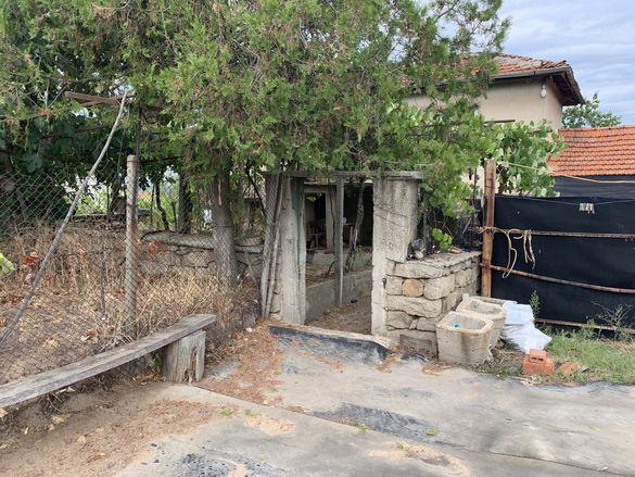 Продавам къща с 4 декара двор
