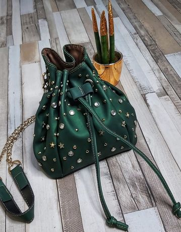 Кокетна зелена чанта с метална дръжка,клъч,с камъни и златисти елемент