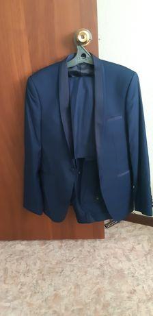 Мужской костюм темно синего цвета