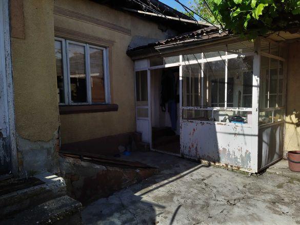 Продава парцел в центъра на Силистра със стари постройки