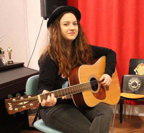 Profesoară de chitară, lecții pentru copii și adulți începători