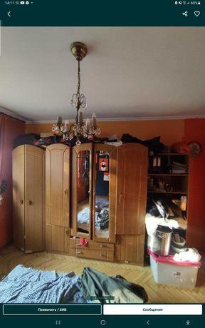 Продам срочно шкаф и кровать много разных мебели цена разные узнать це