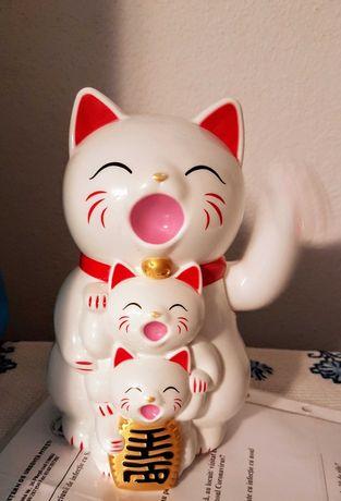 Pisica norocoasa Maneki Nako cu pui