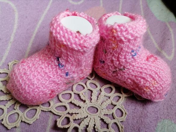 Бебешки безшевни чорапи ръчно плетени различни цветове
