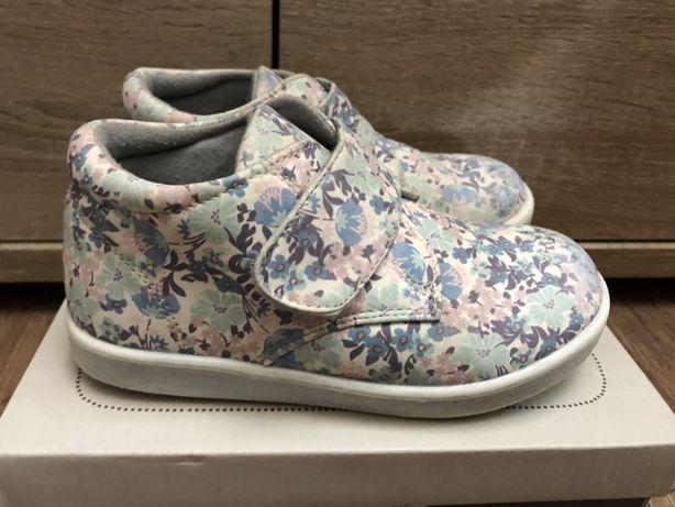Очень удобные, легкие полу ботинки кроссовки. Для девочки