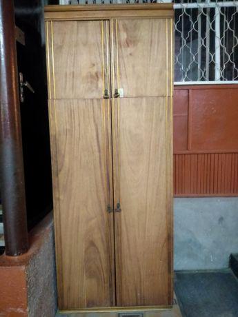 Шкаф спальный орехового цвета