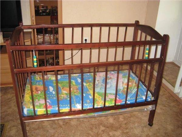 Деревянная детская кроватка без матраса