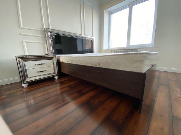 Спальний гарнитур. Кровать, комод и две тумбочки.