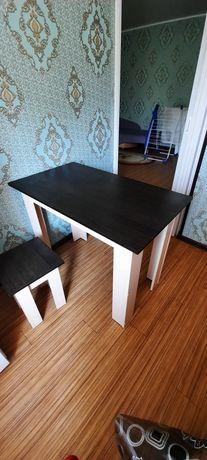 Кухонный стол с 4 табуретками