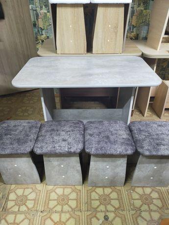 Стол кухонный и 4 табурета