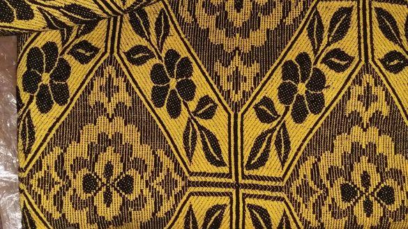 Продавам покривка за легло жълто и черно.
