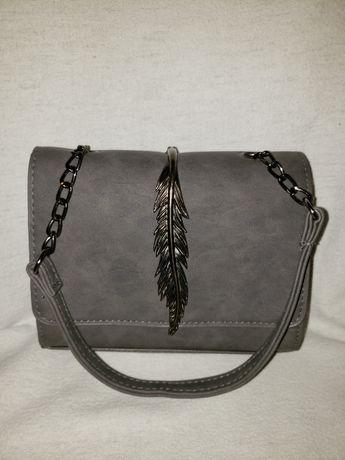 Стилна малка чанта с дълга презрамка