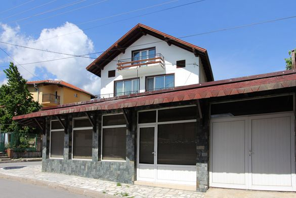 3-етажна къща с търговско помещение за продажба в Банско