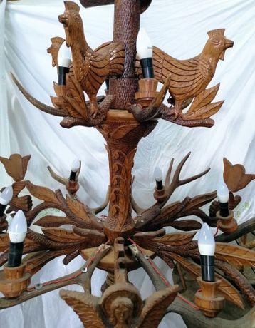 Lustra candelabru din coarne de cerb si elemente sculptate din lemn