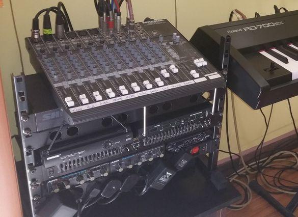 Пулт за озвучаване, ефекти и микрофон