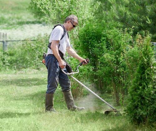 косене на трева с тример