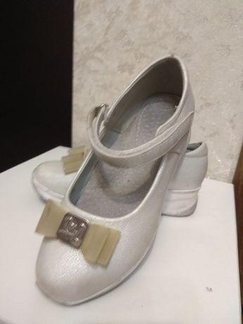 Продам туфли на девочку 30 размер, белого цвета с бантиком. Очень удоб