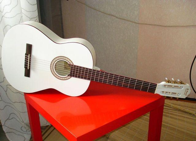 Гитара классическая белая