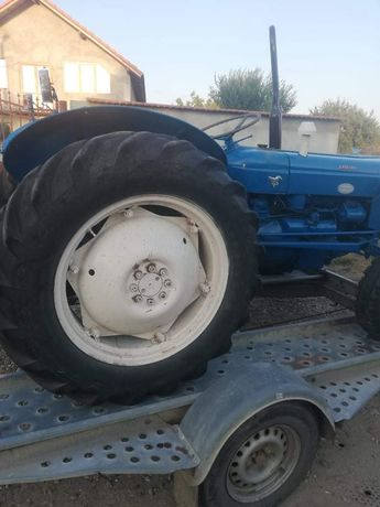 Vand tractor ford 45 cai