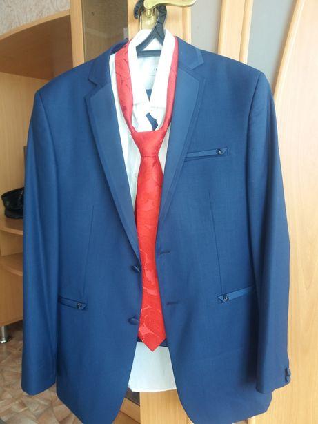 Продаю костюм в хорошем состояни