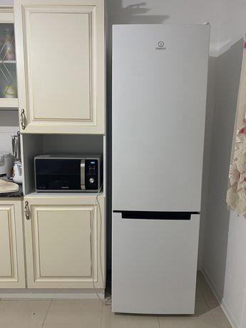 Продам холодильник Indesit!