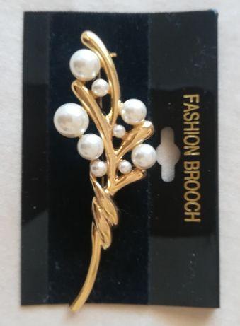 Златна брошка с перли