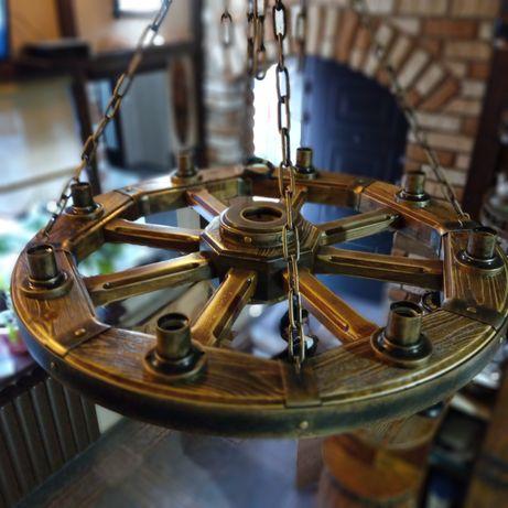 Люстра в виде колеса телеги.