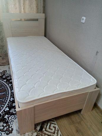 Односпальная кровать с матрасом.