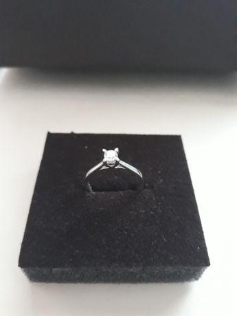 Vand inel nou, nefolosit cu piatra de diamant, aur alb de 18 karate