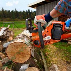 Режа дърва за огрев