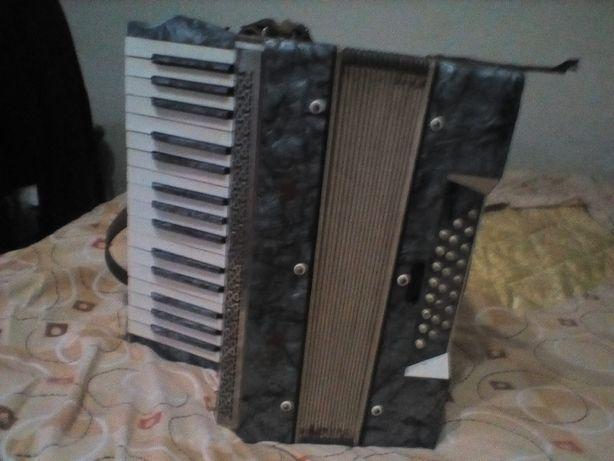 Vând acordeon mastertone nemțesc
