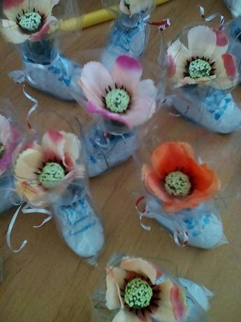 Гипсови обувки декорирани с цветя подаръци за гости