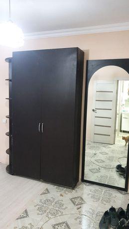 Шкаф и большое зеркало