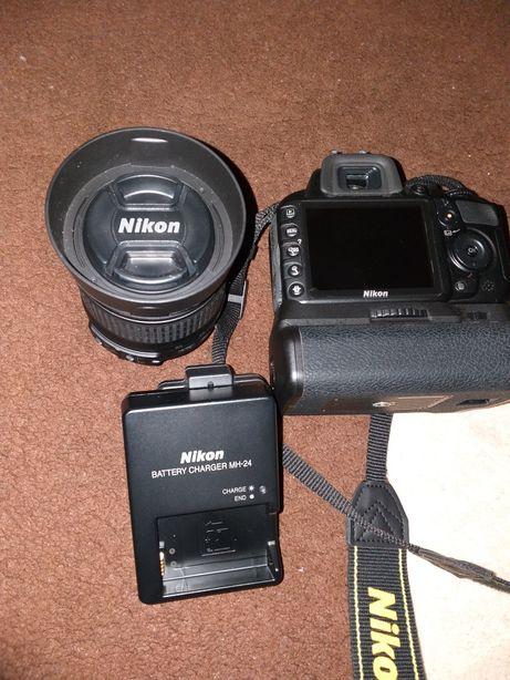 Nikon D 3100 cu obiectiv 18-55 mm si grip
