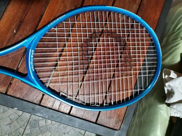 Две ракети за тенис със калъфи.