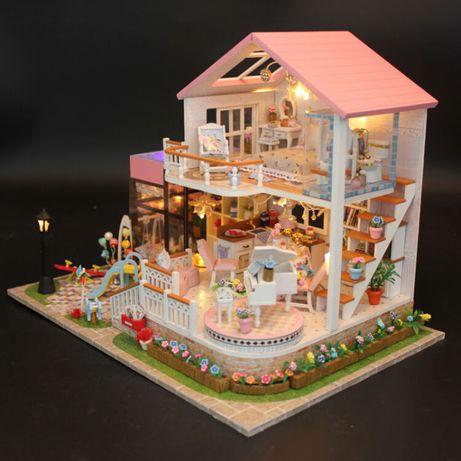Casa de papusi si curte in miniatura Diorama din lemn 3D luminata